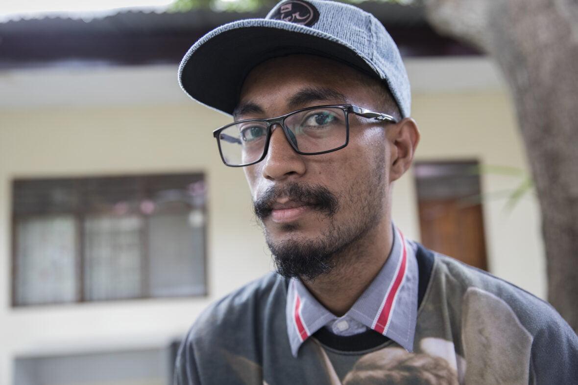 Sebatião katsoo kameraan Planin toimiston pihalla Itä-Timorissa.