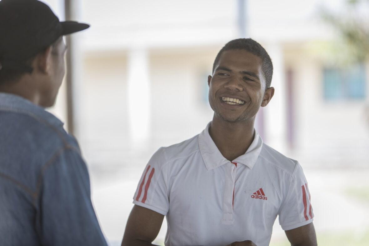21-vuotias itätimorilainen Pedro juttelee ystävänsä kanssa.