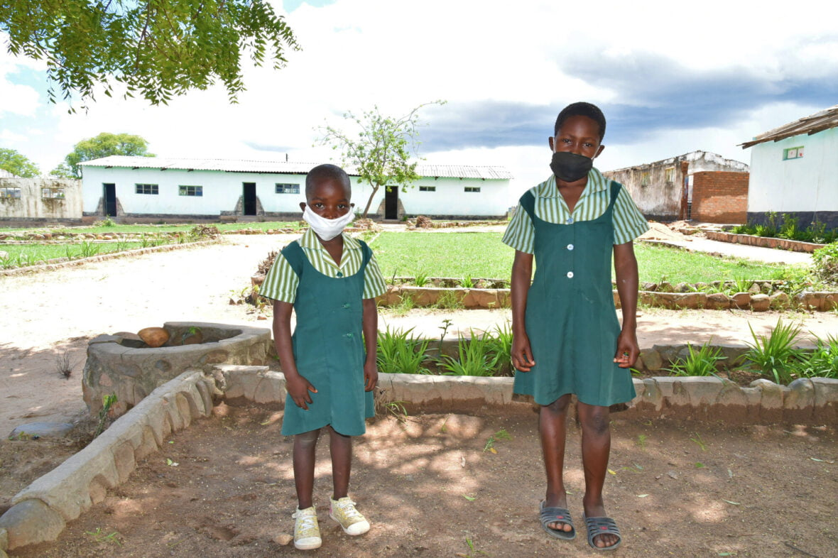 Koulutytöt kasvomaskeissa Zimbabwessa.