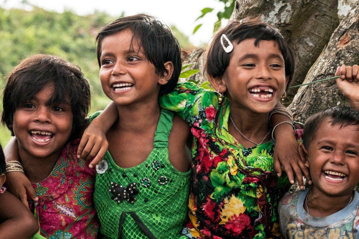 Lapset leikkivät Myanmarissa