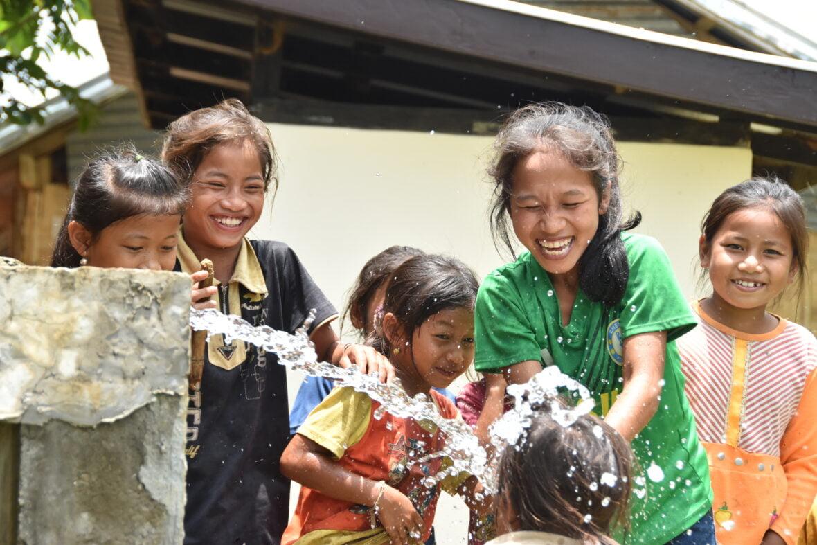 Tytöt käsienpesupisteellä koulussa Laosissa.