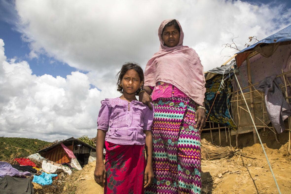 Leila, 18, serkkunsa Munazan kanssa pakolaisleirillä Bangladeshissa