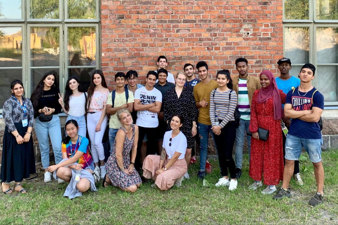 Ryhmäkuvassa maahanmuuttajatyön nuoria ja ohjaajia.