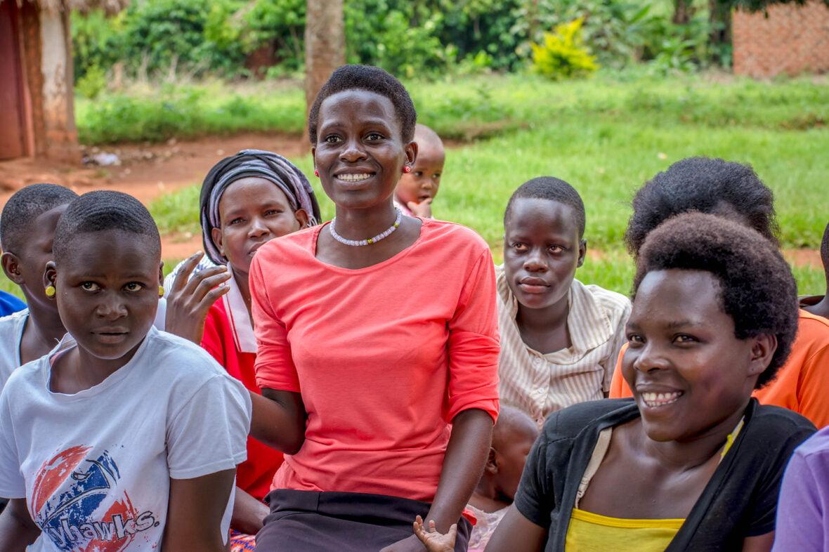 Ryhmä nuoria istuu pihalla Ugandassa.