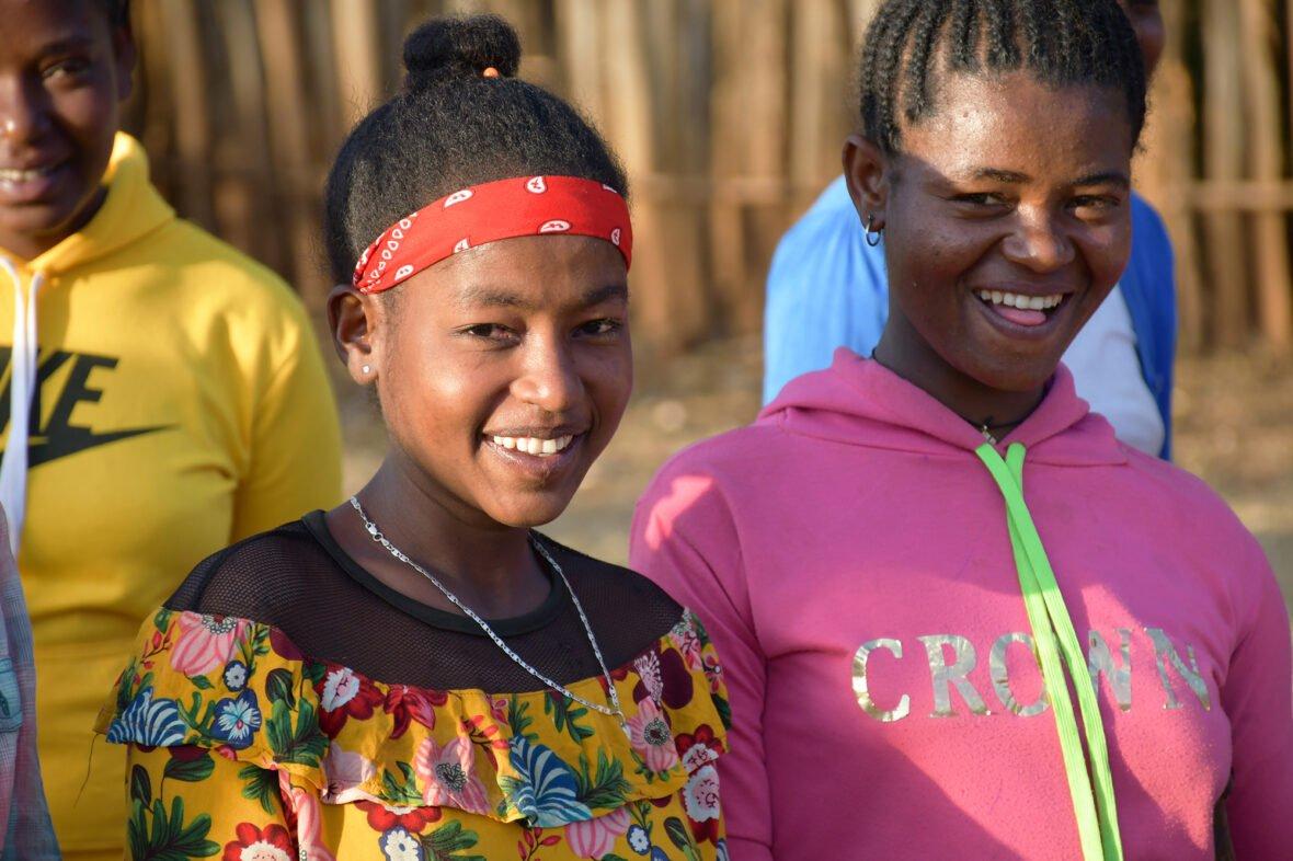 Kaksi etiopialaistyttöä hymyilee.