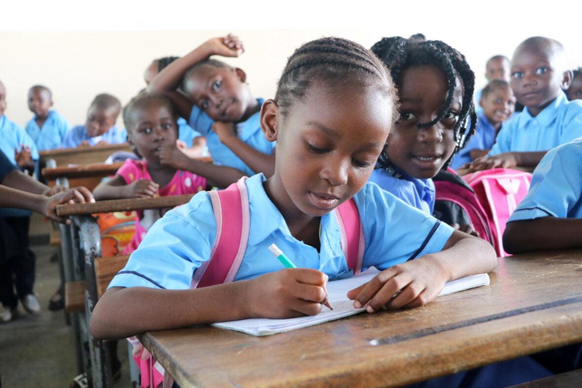 Tyttöjä koulussa Mosamikissa.