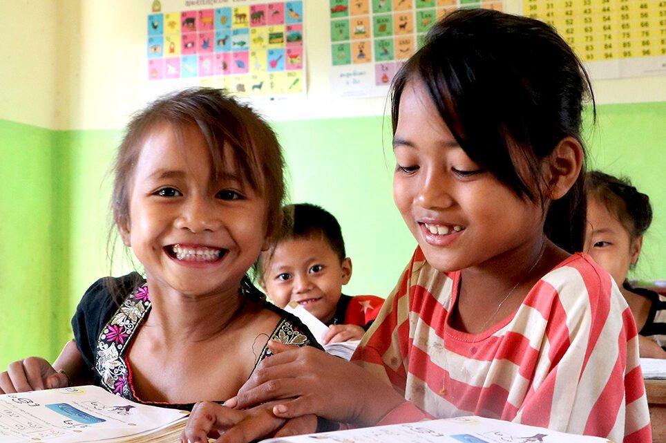 Laosilaisia lapsia opiskelemassa koululuokassa.