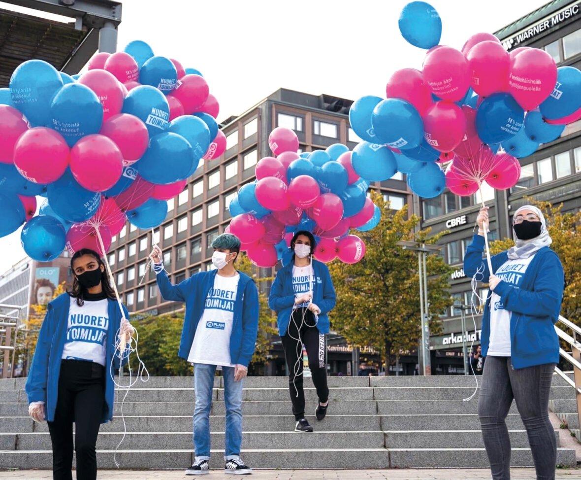 Vapaaehtoisia ilmapallojen kanssa.