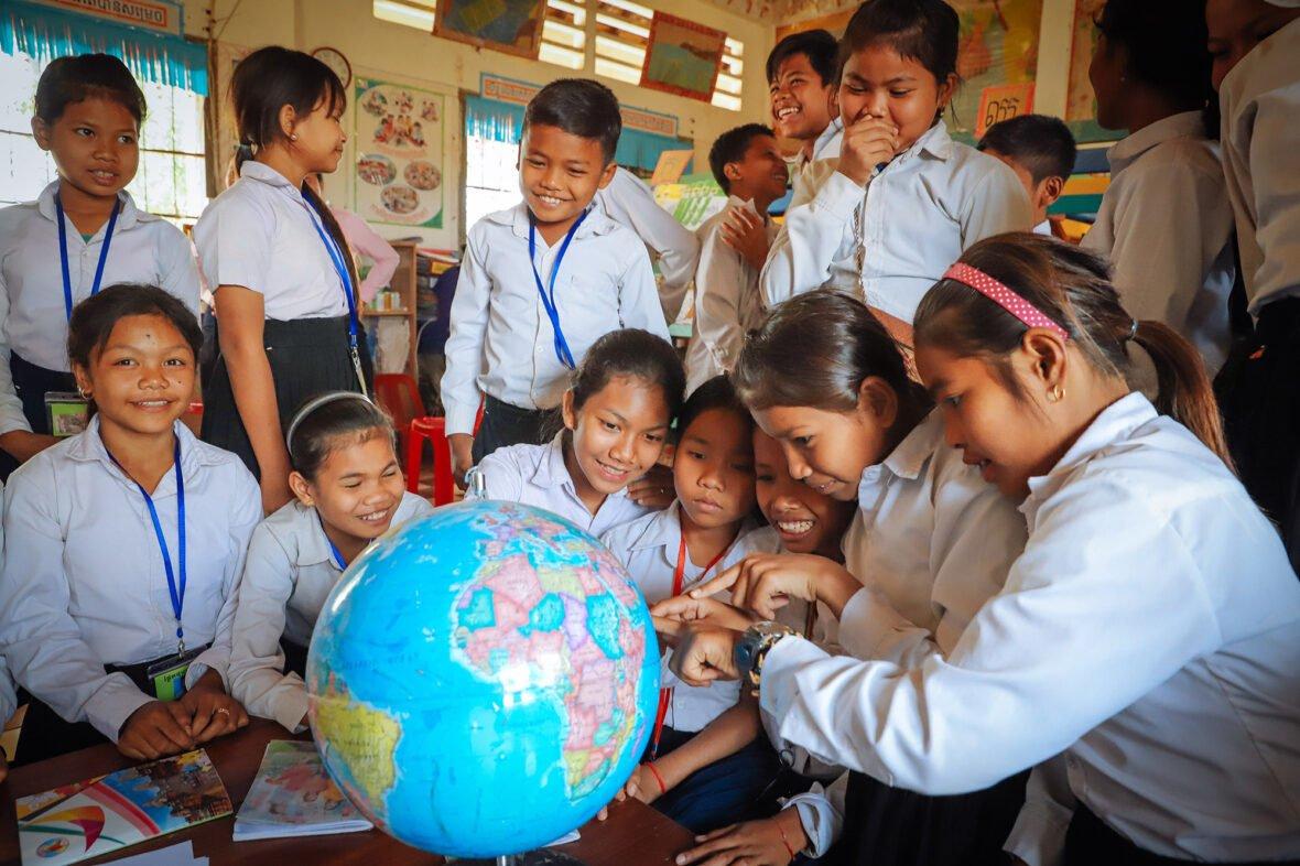 Kambodzalaislapset tutkivat karttapalloa.