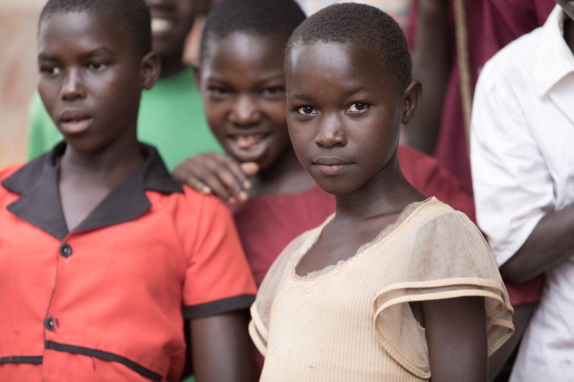Teinityttöjä Ugandassa.