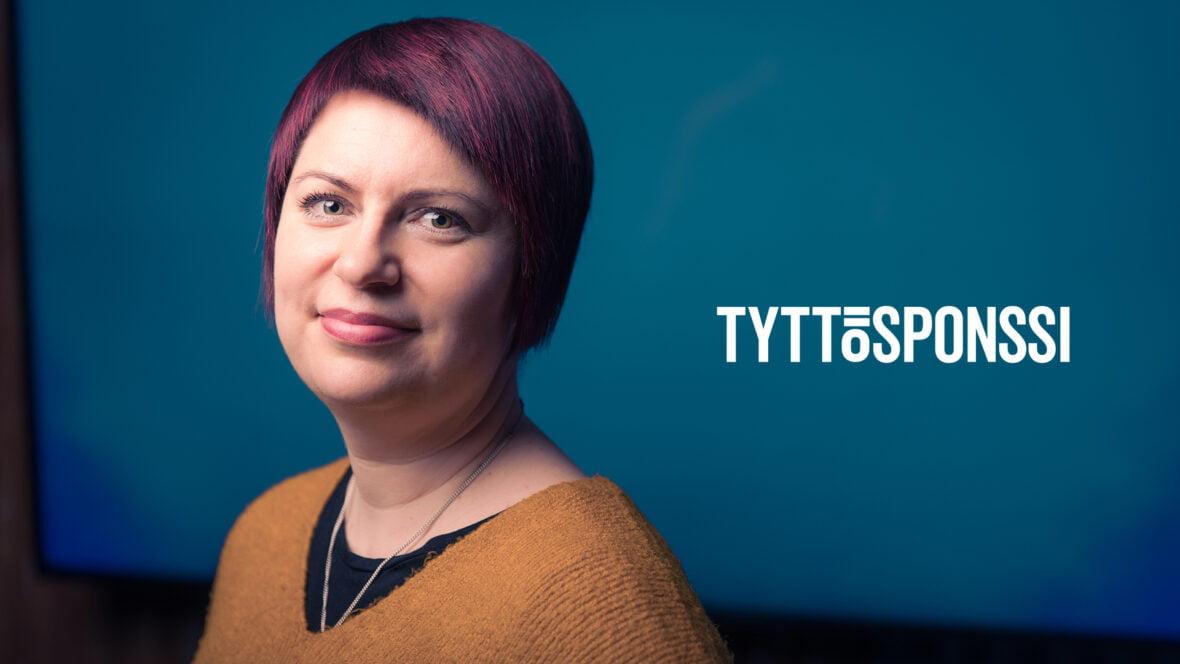 Mari Marjakuusi katsoo kameraan. Vieressä Tyttösponssi-teksti.
