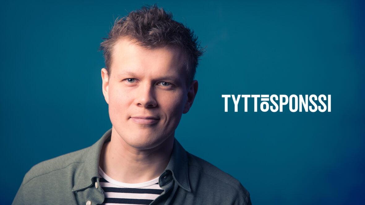 Tatu Virtanen sinisellä taustalla, kuvan päällä teksti Tyttösponssi