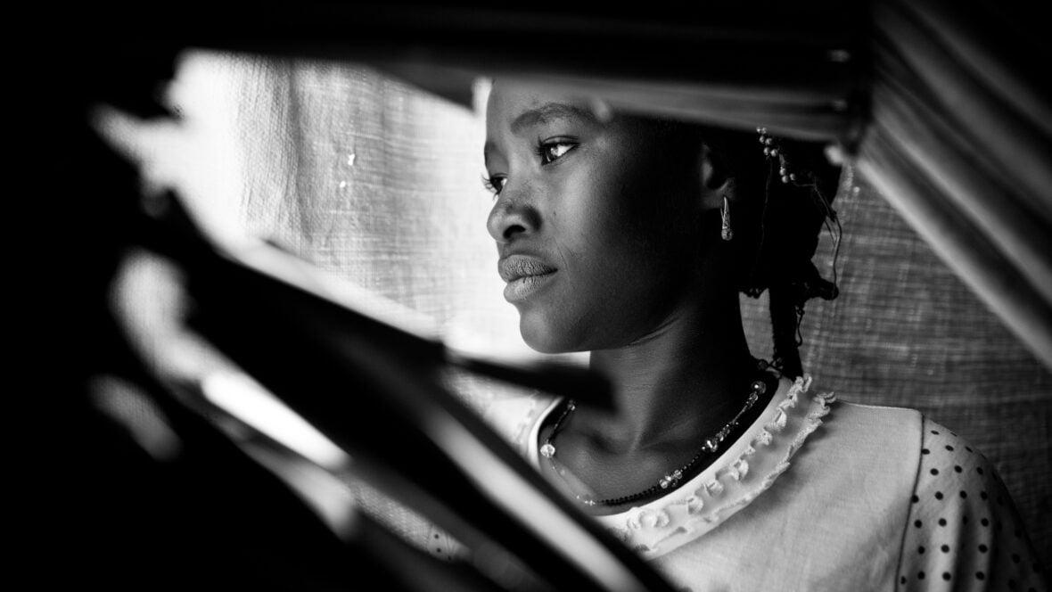 Tyttö pakolaisleirillä Nigerissä mustavalkoisessa kuvassa