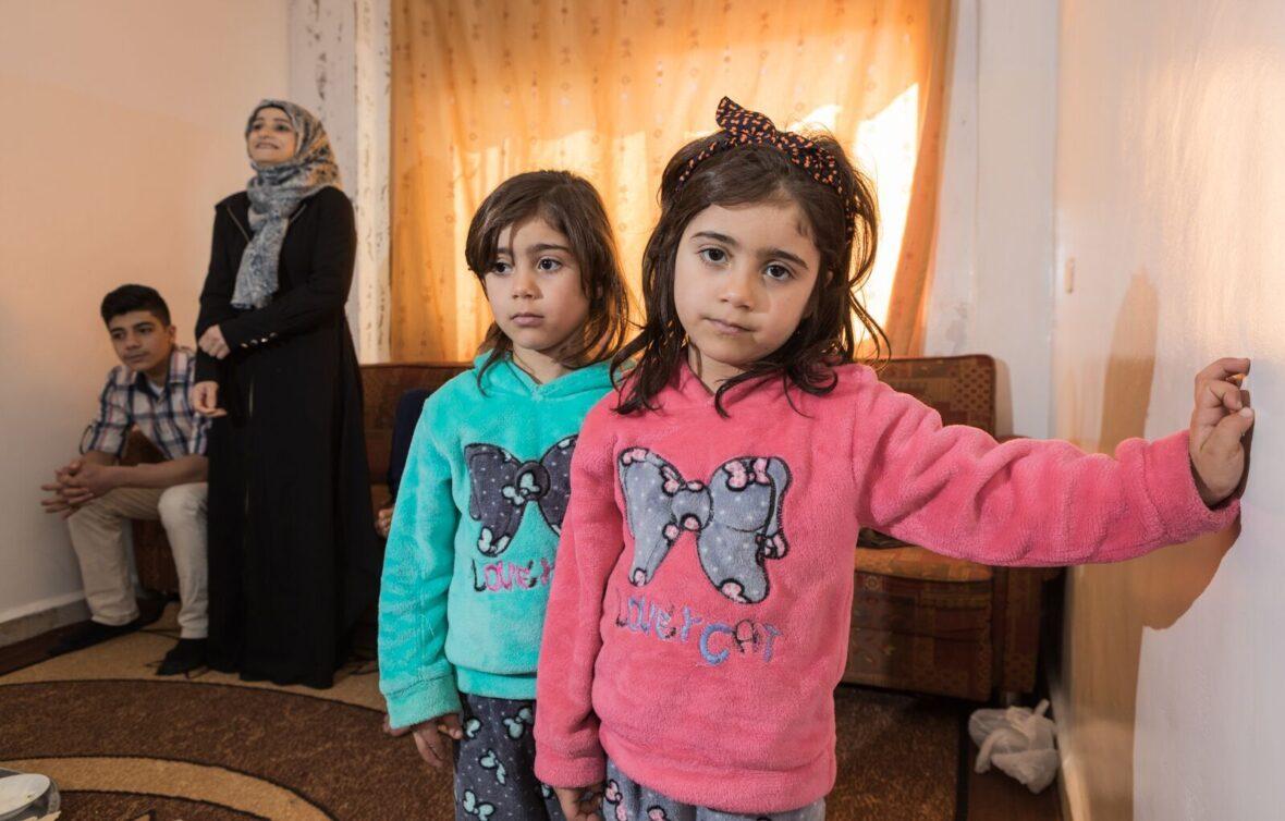 Sisarukset jordanialaiskodissa. Taustalla muuta perhettä.