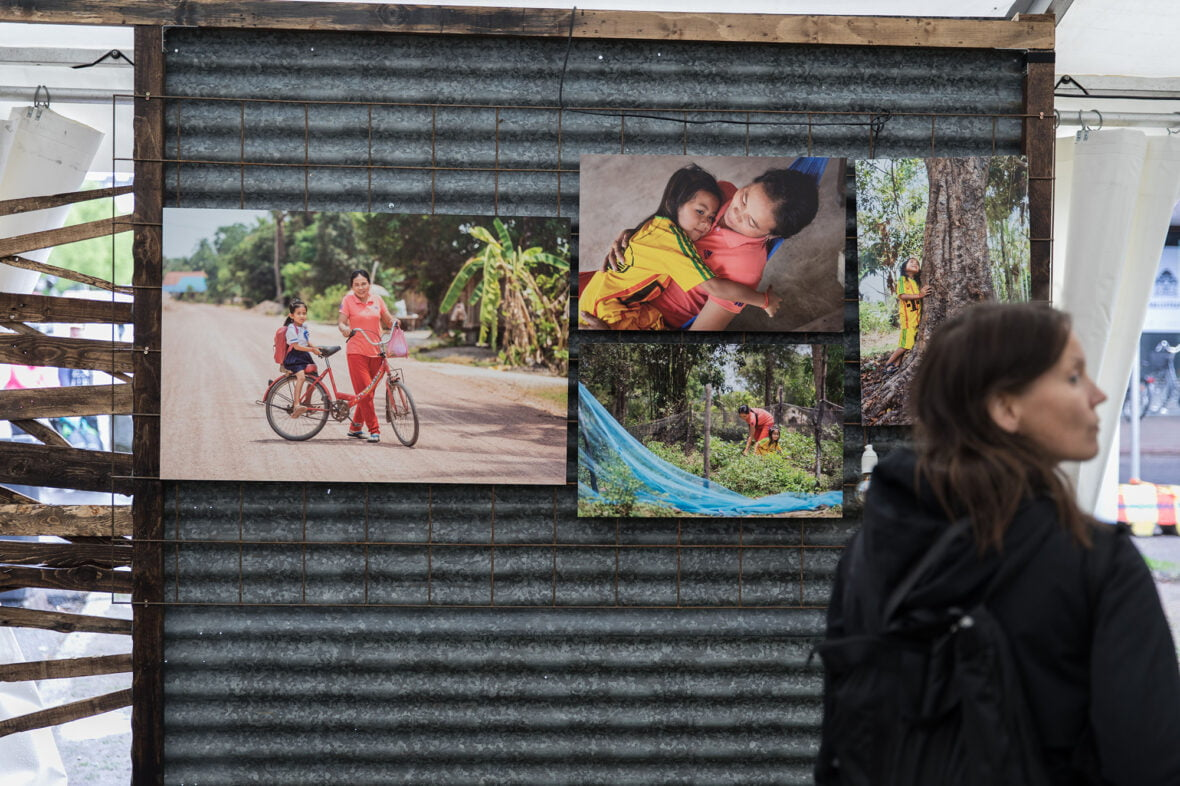 Valokuvia esillä Planin osastolla Maailma kylässä -festivaaleilla.