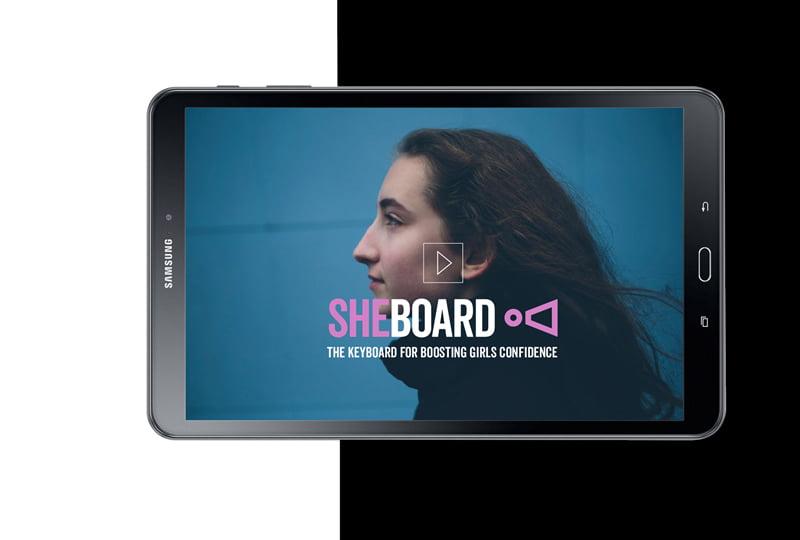 Älypuhelin,jossa on kuva tytöstä ja Sheboard-sovelluksen logo.