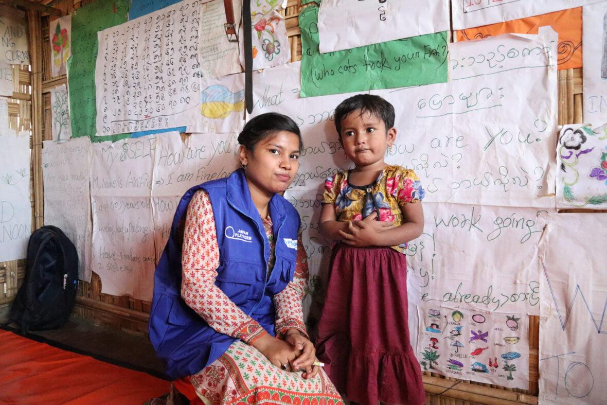 Nainen Planin liiveissä ja pieni koulutyttö koululuokassa Bangladeshissa.