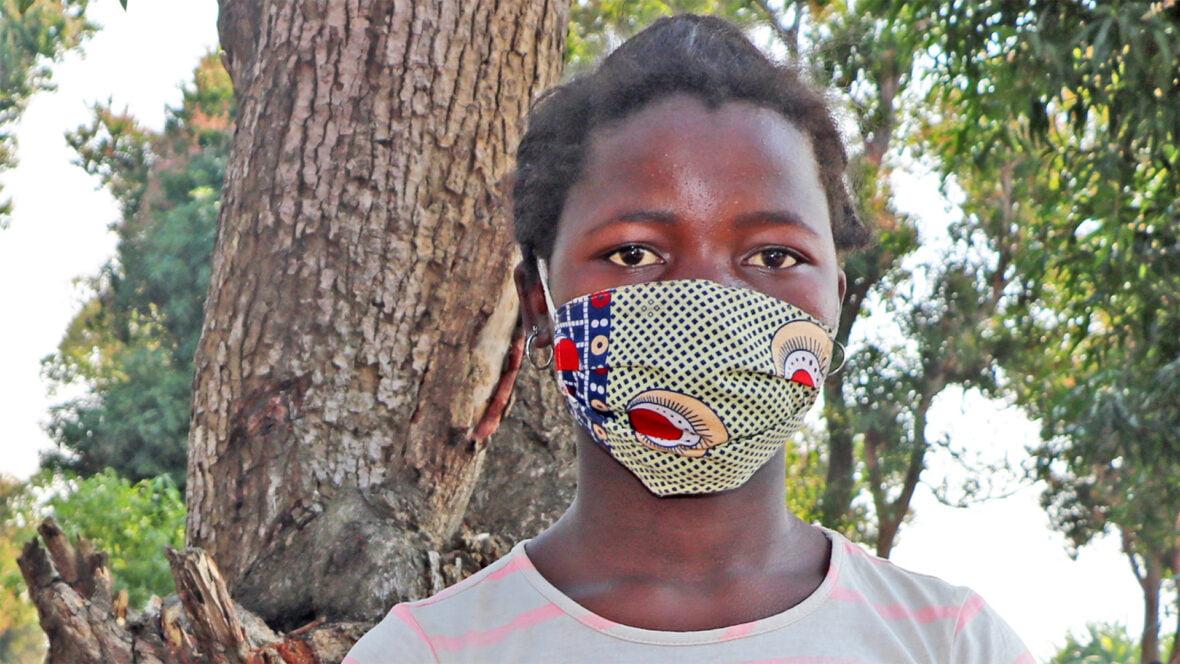 Tyttö värikäs maski kasvoillaan.