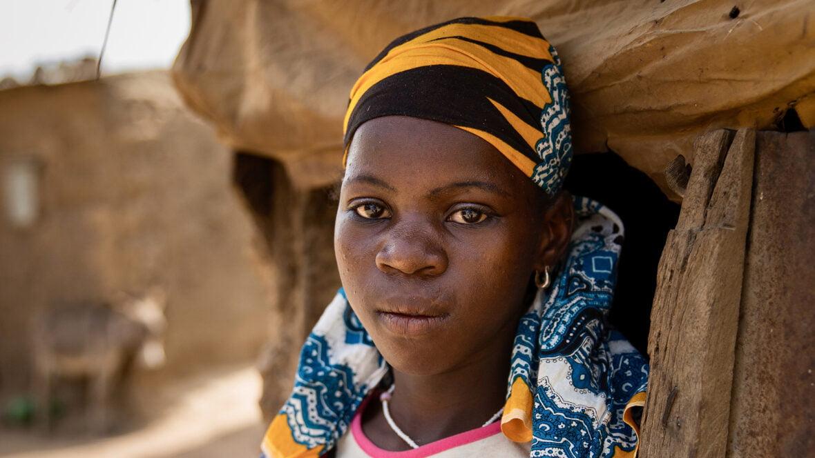 Malilainen tyttö kotiovellaan.