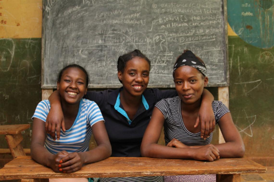 Meselech, 14, (vas.) Mesewet, 16, ja Tirfe, 18, kertovat koulussaan muille tytöille ja pojille kuukautisista ja kestositeiden käytöstä.