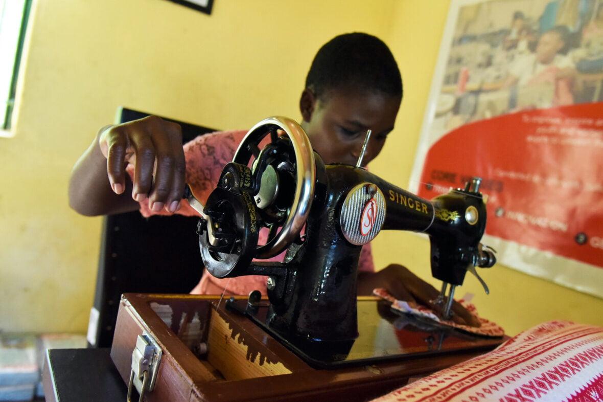 Zimbabwelainen Elinette, 19, valmistaa kuukautissiteitä ompelukoneella.
