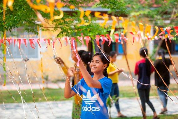 Tein koristelee koulua khmerien uudenvuoden juhlaa varten. Uusivuosi on tärkeä pyhä, jolloin myös Teinin siirtotyöläisinä olevat vanhemmat palaavat Thaimaasta kotiin.