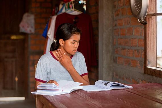 """Tein on kylänsä ainoa lukiota käyvä tyttö ja aikoo opettajaksi. """"Äitini ja isoäitini eivät osaa lukea, joten autan heitä usein lukemisessa ja kirjoittamisessa."""""""