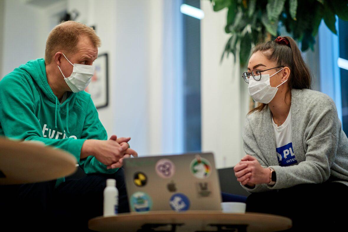 Futuricen työntekijä ja Planin nuori keskustelevat ja työskentelevät läppärillä.