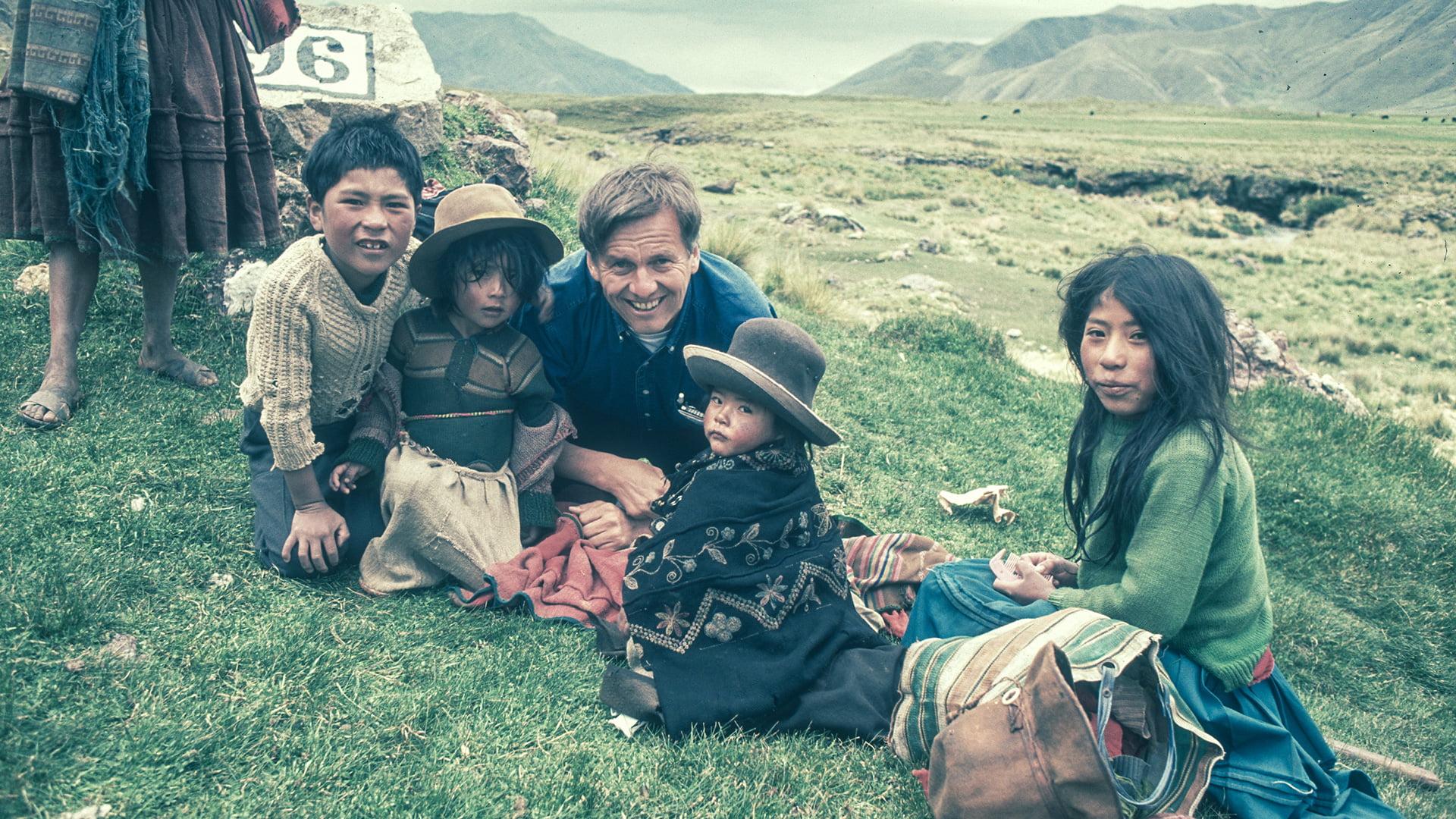 Rauli Virtanen ja joukko paikallisia lapsia Perun ja Bolivian rajamailla.