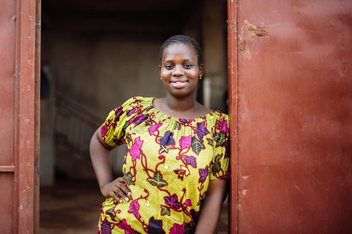 Sierra Leonessa asuva Sewanatu, 20, joutui kokemaan sukuelinten silpomisen 6-vuotiaana. Koulutus muutti hänen elämänsä ja nyt hän puhuu silpomisen vaaroista, jotta muut tytöt säästyisivät haitalliselta perinteeltä.