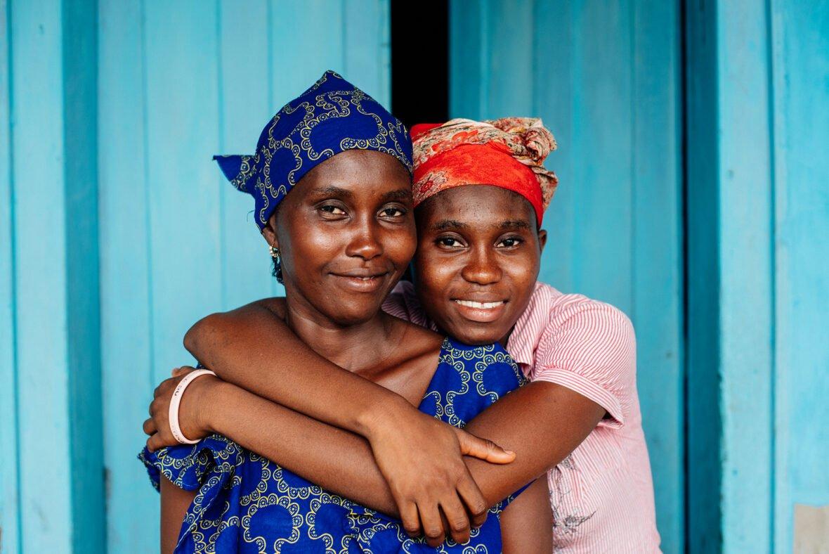 Zainab ja hänen äitinsä. Naisten omat salaseurat ovat pitäneet yllä tyttöjen silpomisen perinnettä Sierra Leonessa. 17-vuotias Zainab haluaa saada perinteen loppumaan.