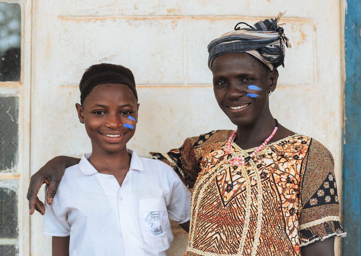 Marie ja Mammy. Mammy Simity teki työkseen tyttöjen ympärileikkauksia kotiyhteisössään Sierra Leonessa. Hän luopui ammatistaan, kun hänen oma tyttärensä Marie kieltäytyi sukuelinten silpomisesta.