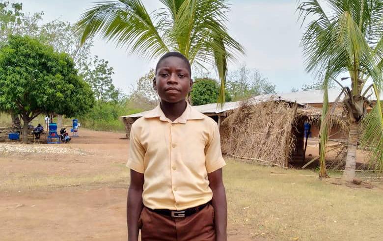 13-vuotias Cephas seisoo kylässään Ghanassa.