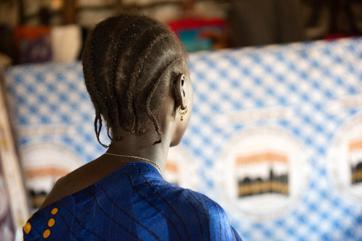 12-vuotias eteläsudanilainen Joyce, kuvassa ei näy hänen kasvojaan.