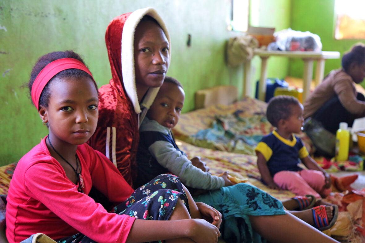 25-vuotias Tigist ja kaksi lasta pakolaisleirillä.