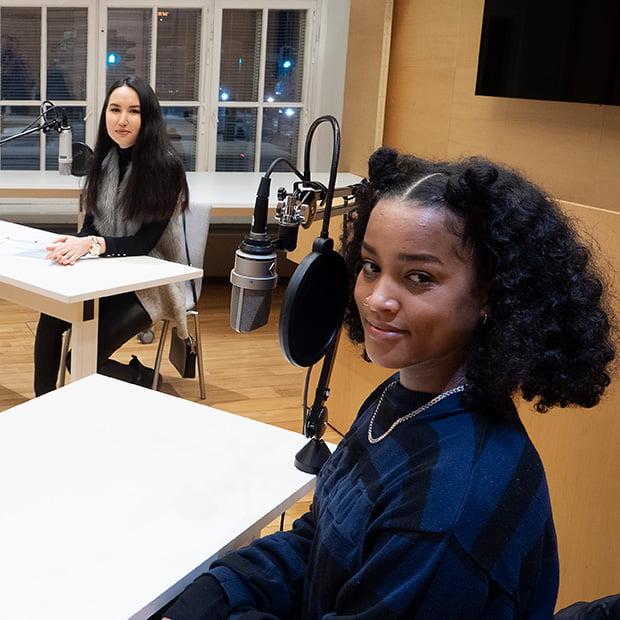 Artisti Yeboyah ja nuorivaikuttaja Zahra Karimy podcastin nauhoituksissa.