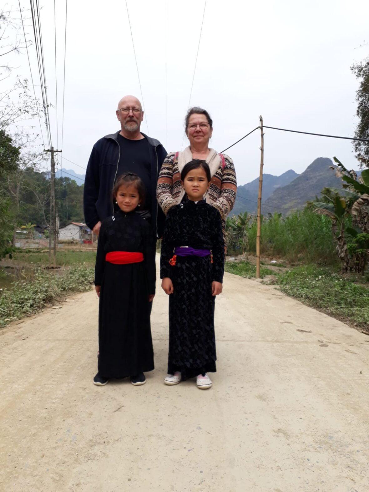 Rolf Eskelinen ja Eija Kauma kummilapsensa Xiemin ja tämän sisaren kanssa Vietnamissa.