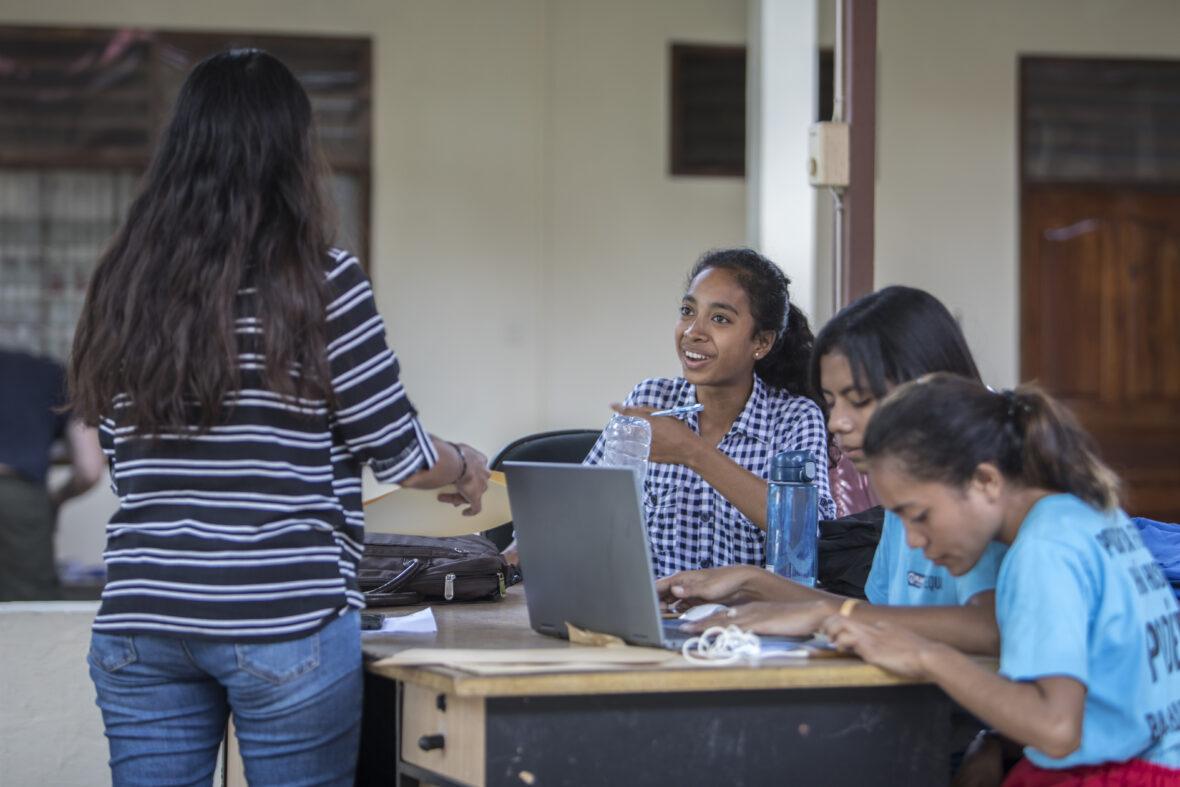 Joukko itätimorilaisnuoria työskentelee tietokoneilla Planin toimistolla Itä-Timorissa.