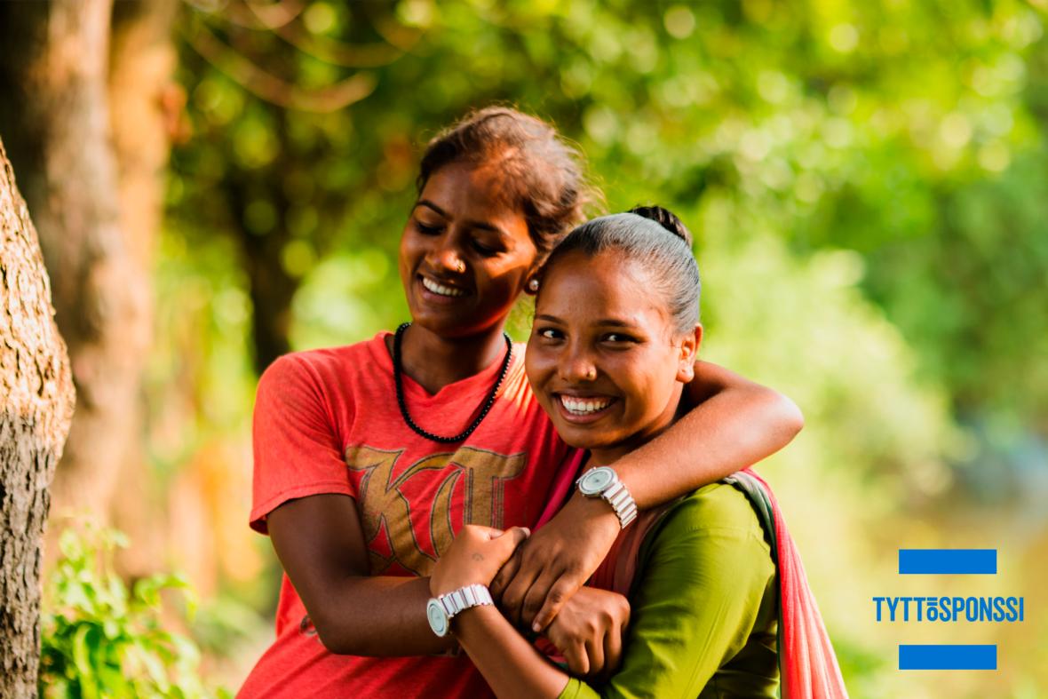 Kaksi tyttöä halaa ja nauraa, tyttösponssina puolustat tyttöjen oikeuksia ja tasa-arvoa. Kuukausiahjoituksellasi varmistat, että tytöt eivät jää sukupuolensa takia taka-alalle.