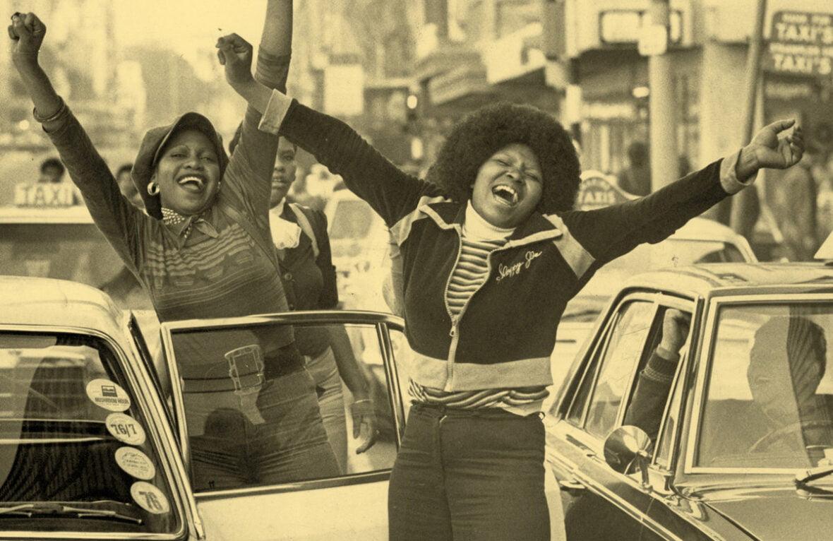 Levyn kansi: vanha valokuva, jossa iloisia ihmisiä Etelä-Afrikassa