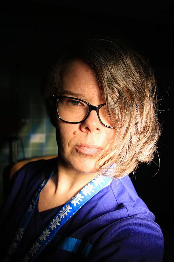 Työnsä puolesta naisia, tyttöjä ja perheitä kohtaava kätilö koki Ei hymyilytä -kampanjamme omakseen. Se näkyi myös lopputuloksessa. Kuva: Terhi Peltola