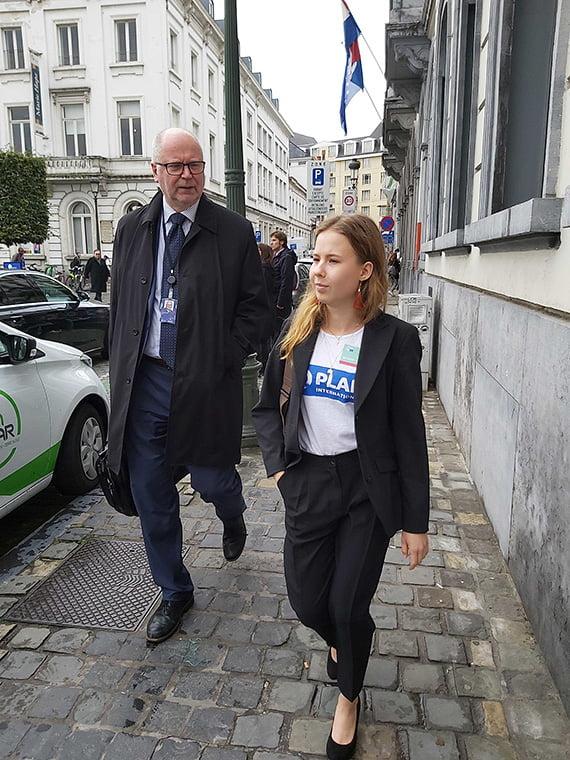 Europarlamentaarikko Eero Heinäluoman paikan vallannut Sara Murtonen, 16, toivoi EU:lta entistä järeämpiä toimia kehittyvien maiden tukemiseksi ja toivoi, että EU pakottaisi yritykset huolehtimaan paremmin ihmisoikeuksista ja ympäristöstä.