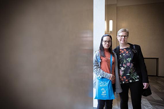 Ympäristö- ja ilmastoministeri Krista Mikkonen kiitti Hory Tothia ilmastonmuutoksen konkreettisten vaikutusten avaamisesta.