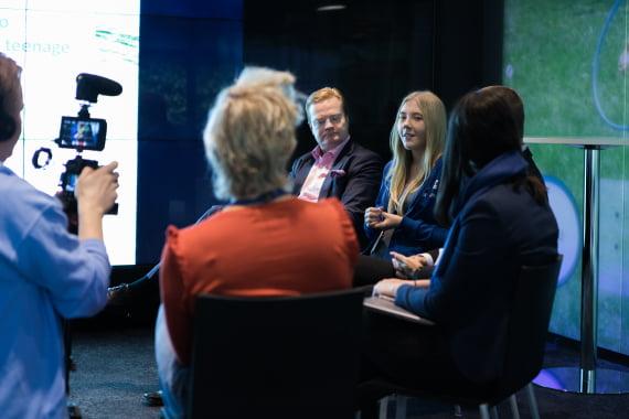 Aino Vehkavaara nosti esiin sukupuolten välisen digikuilun toimiessaan Nokian maajohtajan Tommi Uiton paikalla vuoden 2017 Girls Takeover -tempauksessa.