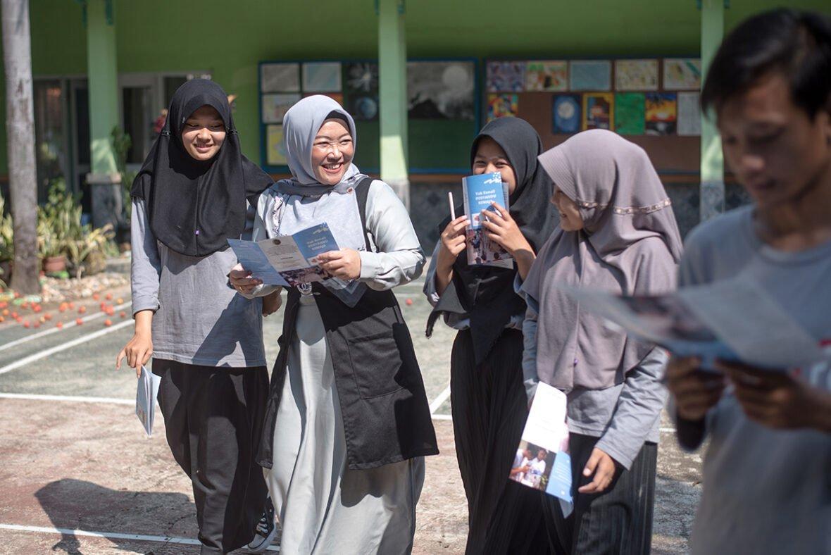 Indonesialainen Elis on rakentanut läheisen siteen opiskelijoihinsa