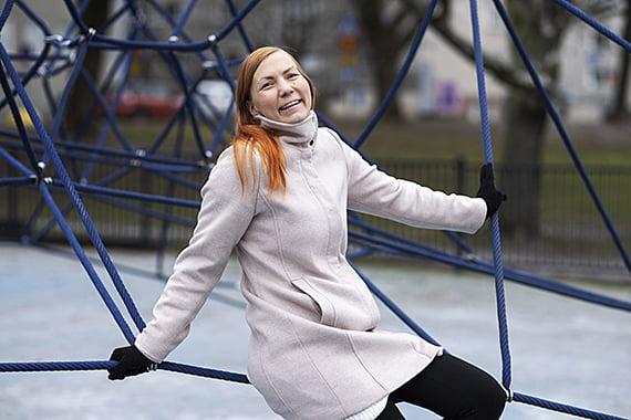 Vuoden vapaaehtoinen Kirsi Harimo kiipeilytelineessä.