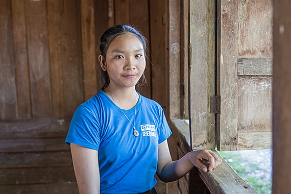 Thongxai, 15, on mukana Planin nuorten kerhossa Laosissa. Laosissa jaamme tytöille ja heidän perheilleen taloudellista tukea tai stipendejä, jotta tyttöjen on helpompi palata kouluun niiden taas avautuessa.