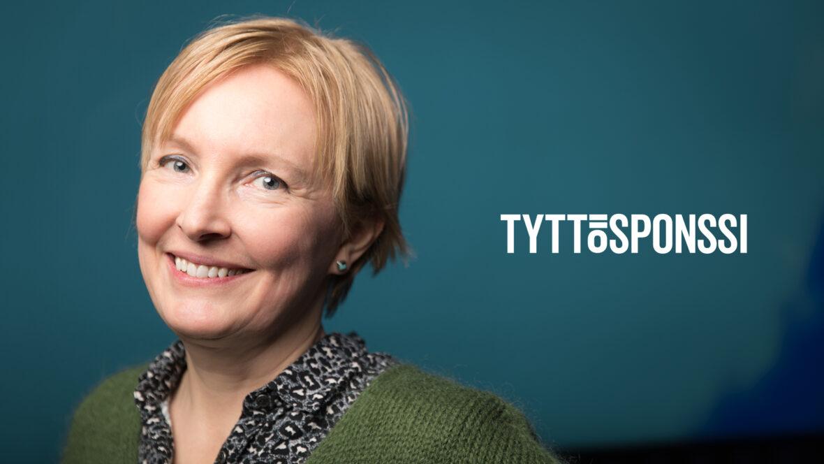 Tyttösponssi Marianna hymyilee. Taustalla Tyttösponssi-logo.