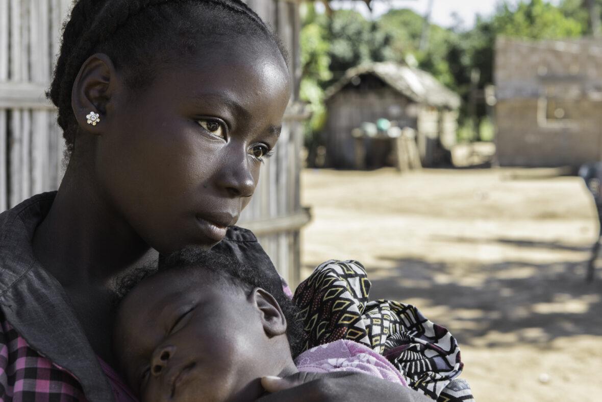 Turvallinen alku elämälle -näyttely kertoo työstämme Mosambikissa, jossa edistämme tyttöjen ja naisten seksuaali- ja lisääntymisterveyttä sekä -oikeuksia ja tuemme tyttöjen koulutusta yhteistyössä paikallisten yhteisöjen ja klinikoiden kanssa. Työtämme tukevat ulkoministeriö ja kuukausilahjoittajamme. Merkittävässä roolissa ovat myös paikalliset terveysvapaaehtoisemme, jotka jakavat tietoa perhesuunnittelusta ja ehkäisystä.