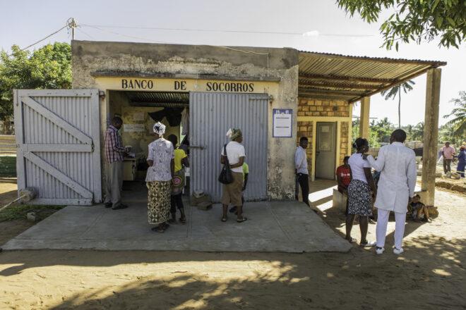 Cumbanan terveyskeskukseen on aina jonoa. Mosambikin maaseudulla on pulaa koulutetusta henkilökunnasta, erityisesti lääkäreistä ja erikoissairaanhoitajista.